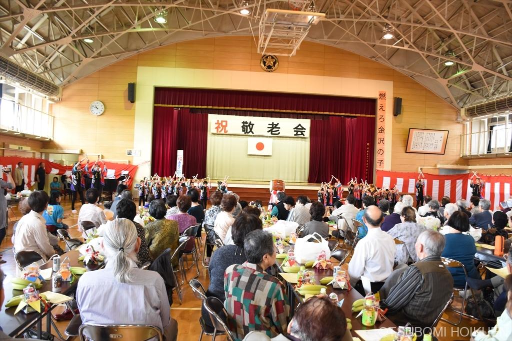 ゆり・ばら組(4・5歳児)、2町会合同敬老会に参加しました