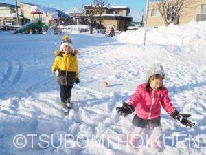 青空の下で雪遊び